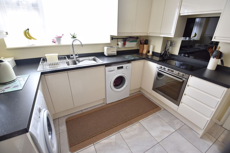 3 bedroom Semi-Detached  to buy in Saywell Road, Luton - Photo 7