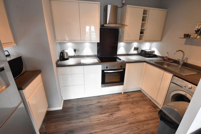 2 bedroom Flat to buy in Grove Road, Luton - Photo 4