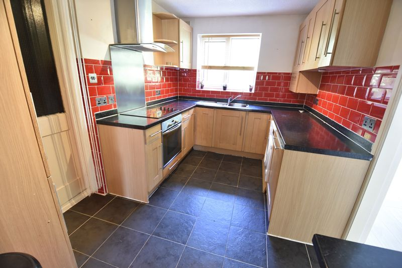4 bedroom  to buy in Walsingham Close, Luton - Photo 2
