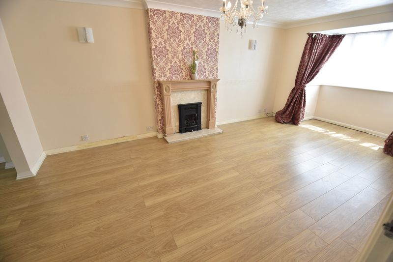 4 bedroom  to buy in Walsingham Close, Luton - Photo 6