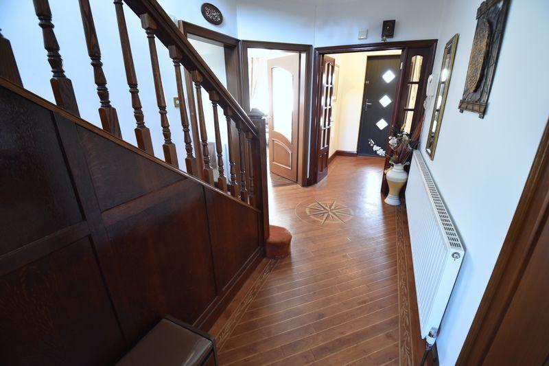 5 bedroom Detached  to buy in Montrose Avenue, Luton - Photo 6
