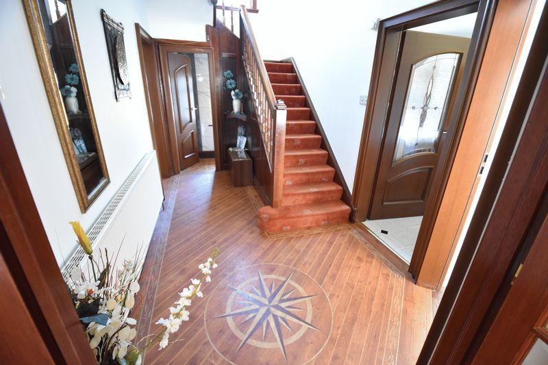5 bedroom Detached  to buy in Montrose Avenue, Luton - Photo 7
