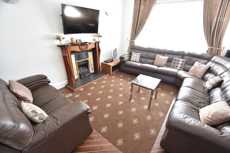 5 bedroom Detached  to buy in Montrose Avenue, Luton - Photo 10
