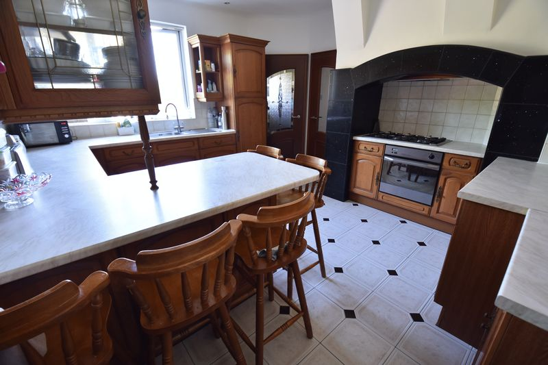 5 bedroom Detached  to buy in Montrose Avenue, Luton - Photo 11