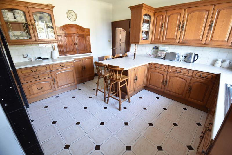 5 bedroom Detached  to buy in Montrose Avenue, Luton - Photo 12