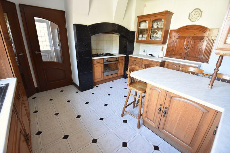 5 bedroom Detached  to buy in Montrose Avenue, Luton - Photo 13