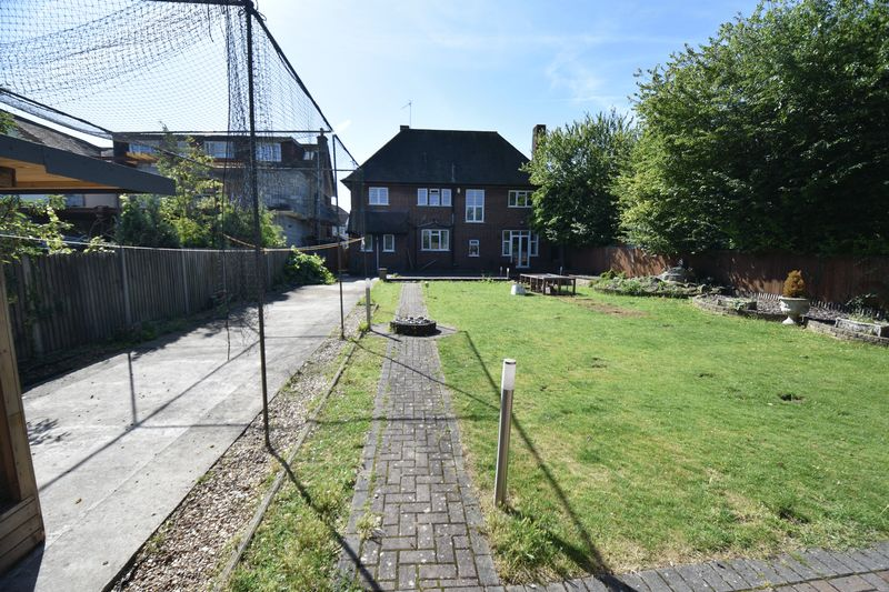 5 bedroom Detached  to buy in Montrose Avenue, Luton - Photo 24