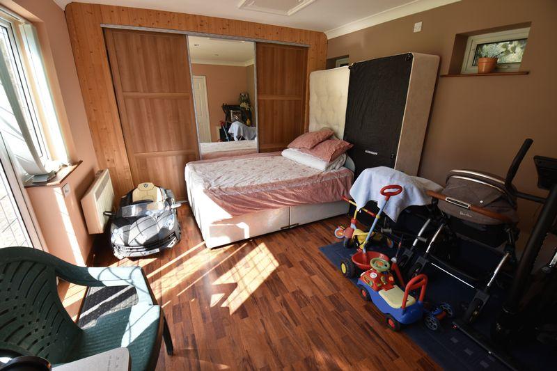 5 bedroom Detached  to buy in Montrose Avenue, Luton - Photo 27
