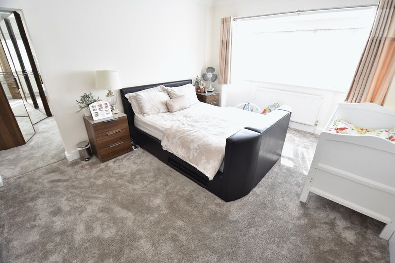 5 bedroom Detached  to buy in Montrose Avenue, Luton - Photo 15