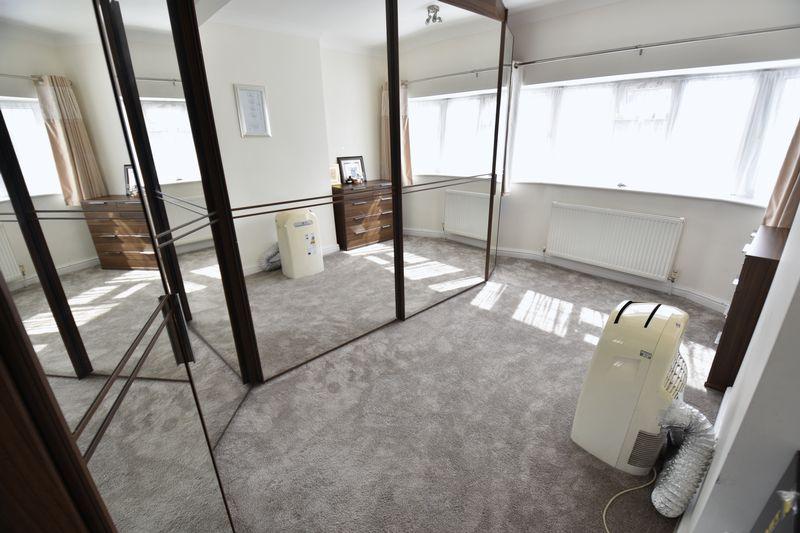 5 bedroom Detached  to buy in Montrose Avenue, Luton - Photo 16