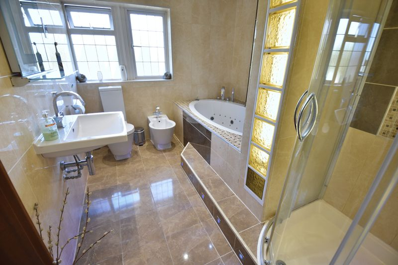 5 bedroom Detached  to buy in Montrose Avenue, Luton - Photo 21
