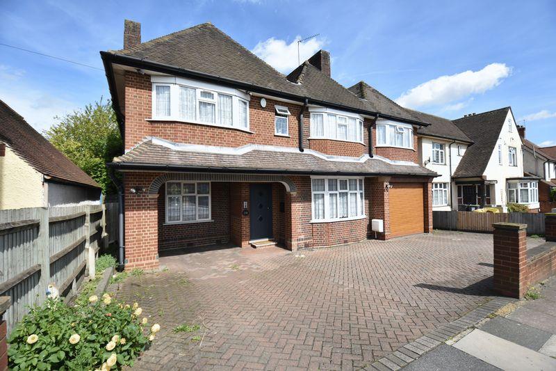 5 bedroom Detached  to buy in Montrose Avenue, Luton - Photo 4