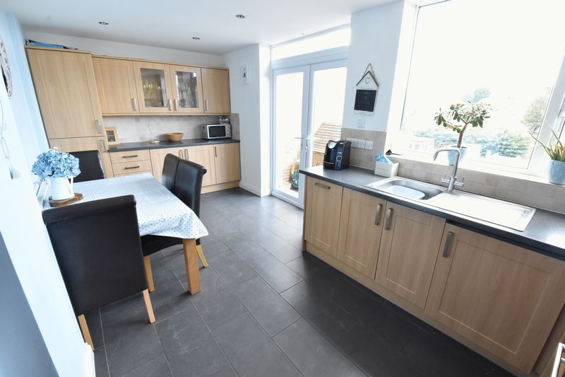 3 bedroom Semi-Detached  to buy in Hillary Crescent, Luton - Photo 3