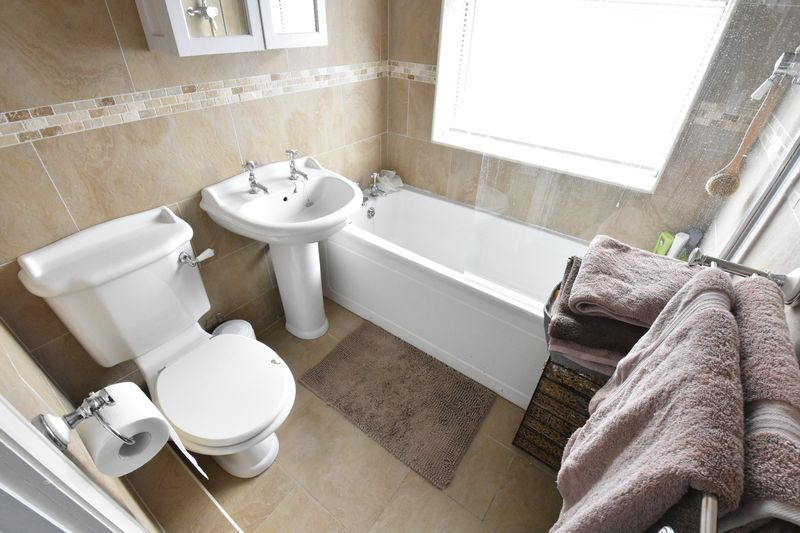 3 bedroom Semi-Detached  to buy in Hillary Crescent, Luton - Photo 9