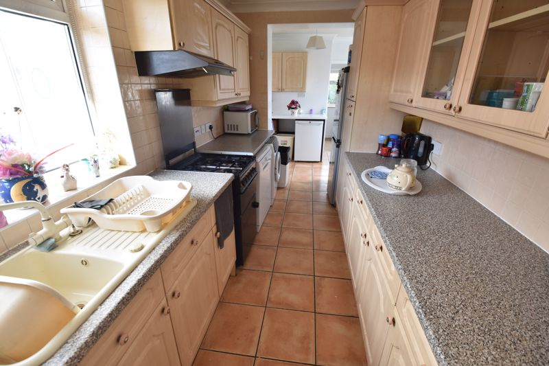 3 bedroom Bungalow to buy in Laburnum Grove, Luton - Photo 12