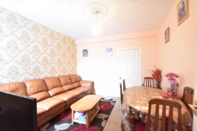 3 bedroom Mid Terrace to buy in Malvern Road, Luton - Photo 3