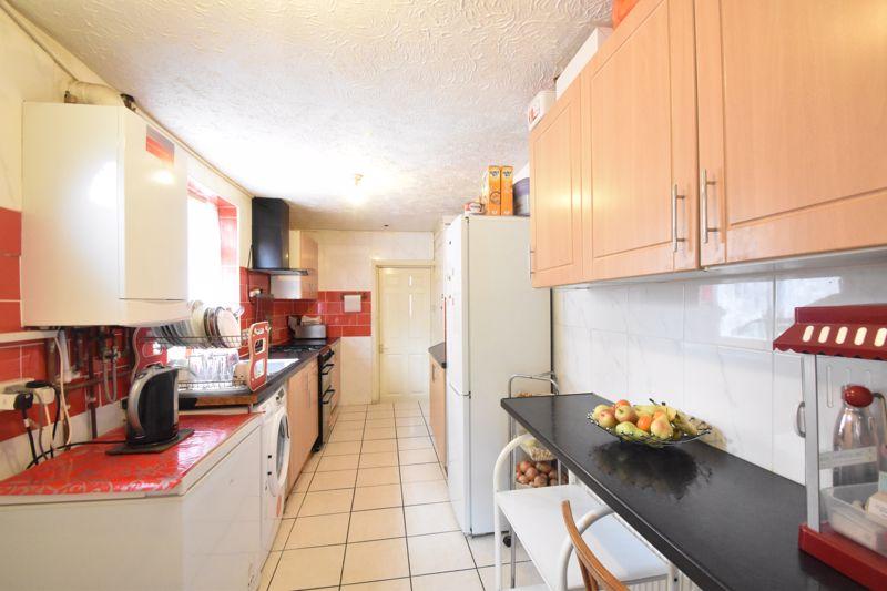 3 bedroom Mid Terrace to buy in Malvern Road, Luton - Photo 5