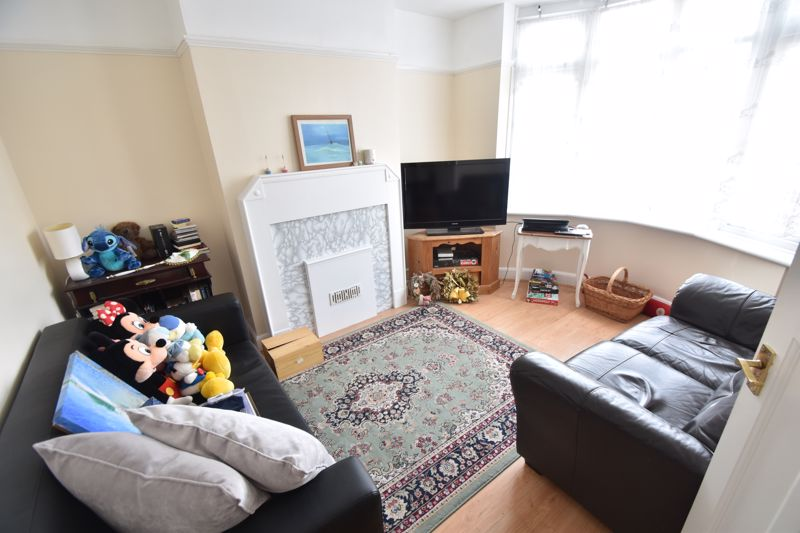 3 bedroom Mid Terrace to rent in Talbot Road, Luton - Photo 3