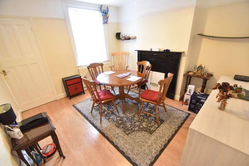 3 bedroom Mid Terrace to rent in Talbot Road, Luton - Photo 4
