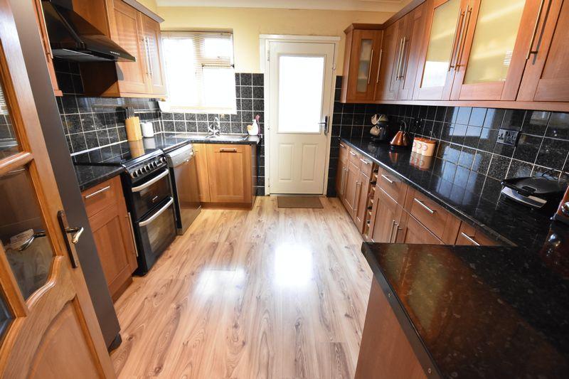 5 bedroom Mid Terrace to buy in Exton Avenue, Luton - Photo 1