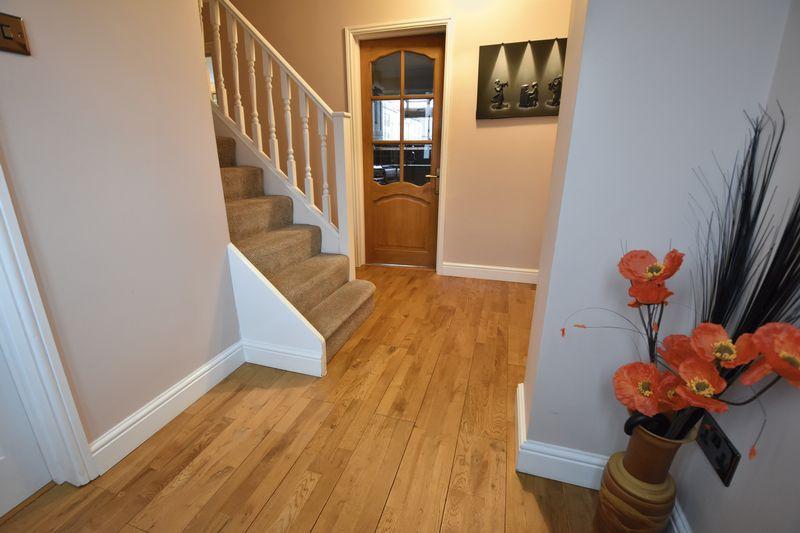 5 bedroom Mid Terrace to buy in Exton Avenue, Luton - Photo 2