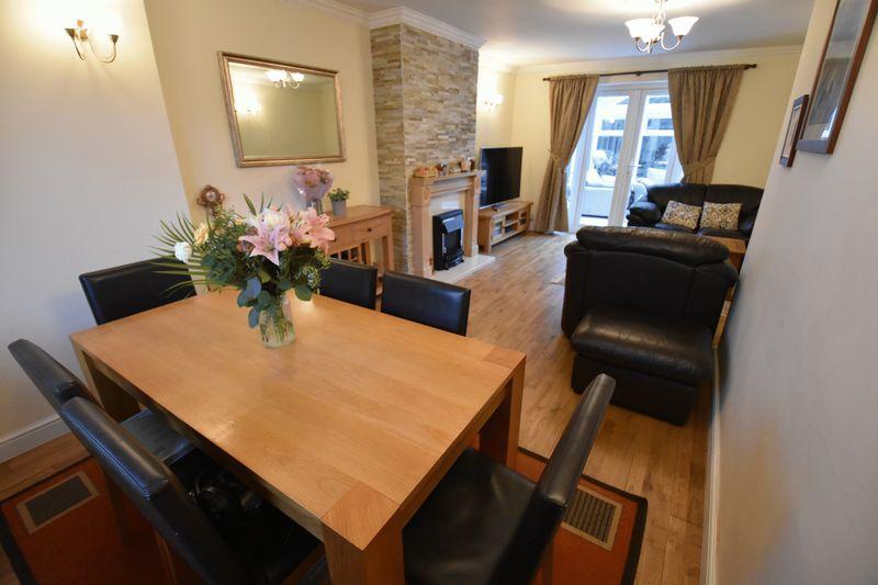 5 bedroom Mid Terrace to buy in Exton Avenue, Luton - Photo 4