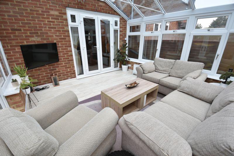 5 bedroom Mid Terrace to buy in Exton Avenue, Luton - Photo 8