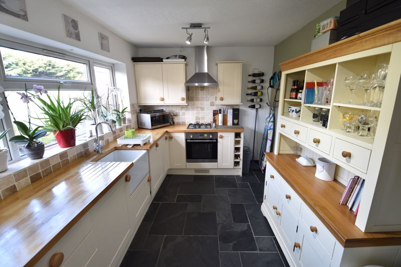 3 bedroom Semi-Detached  to buy in Stopsley Way, Luton - Photo 6