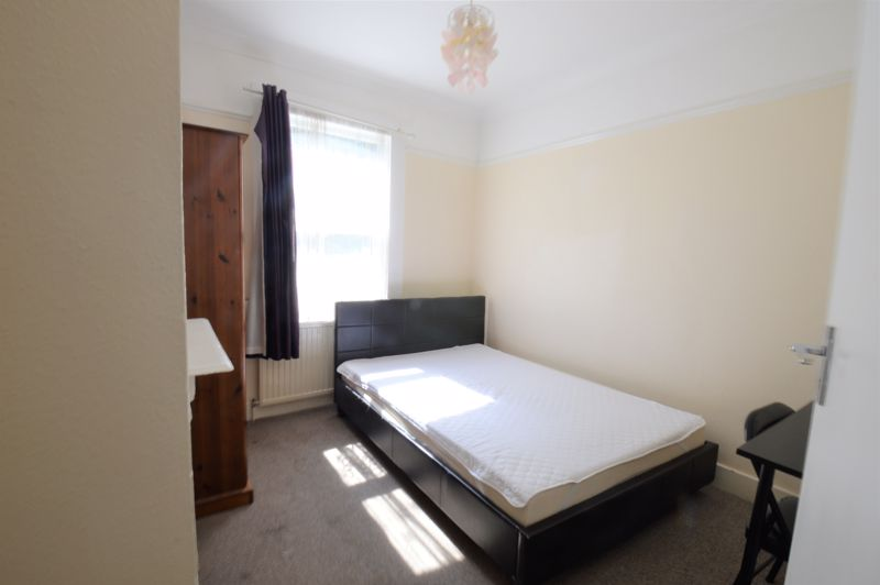5 bedroom Mid Terrace to buy in Russell Rise, Luton - Photo 1