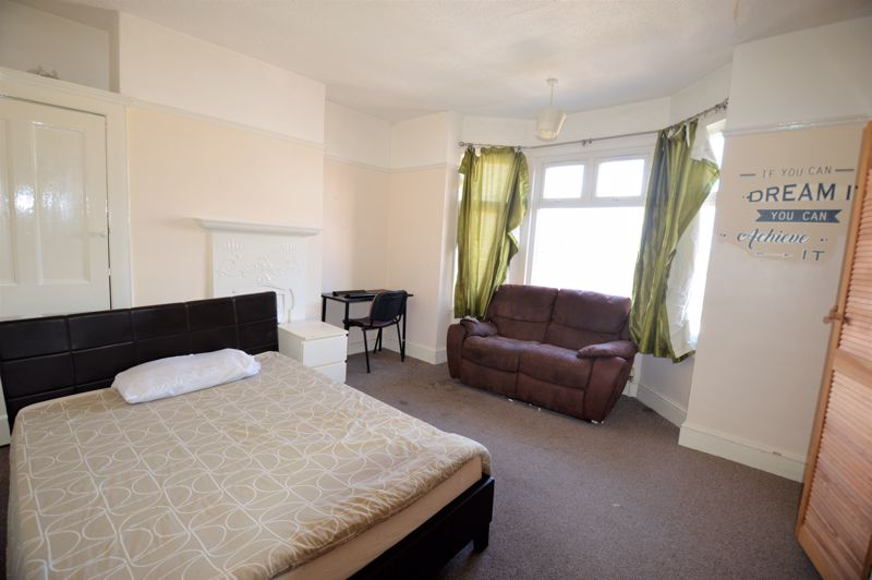 5 bedroom Mid Terrace to buy in Russell Rise, Luton - Photo 3