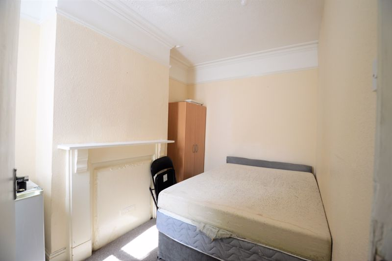 5 bedroom Mid Terrace to buy in Russell Rise, Luton - Photo 5