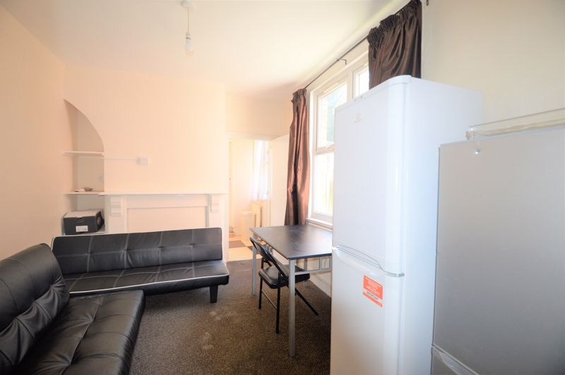 5 bedroom Mid Terrace to buy in Russell Rise, Luton - Photo 7