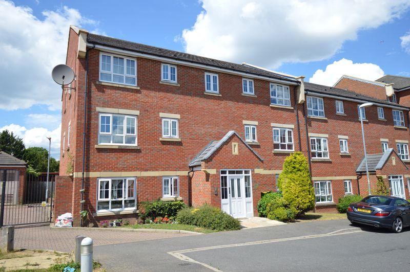 2 bedroom Flat to buy in Watling Gardens, Dunstable