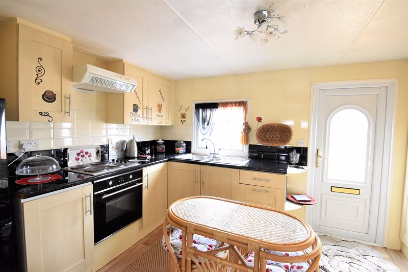 2 bedroom Park Home to buy in Stopsley Park, Luton - Photo 3