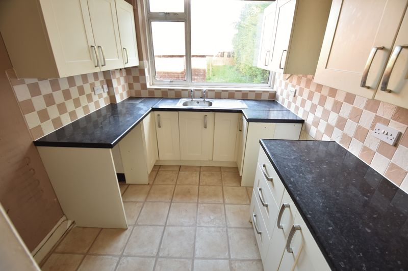 3 bedroom Mid Terrace to buy in St. Lawrence Avenue, Luton - Photo 14