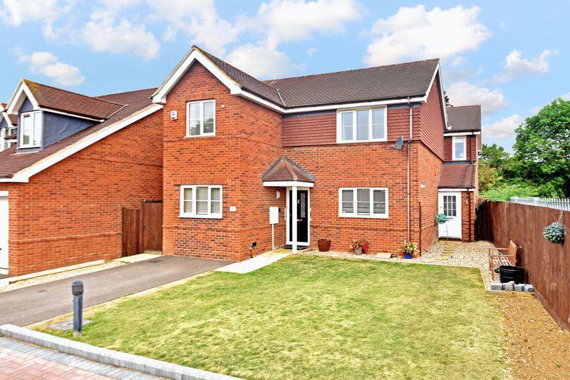 5 bedroom Detached  to buy in Woodfield Grove, Luton
