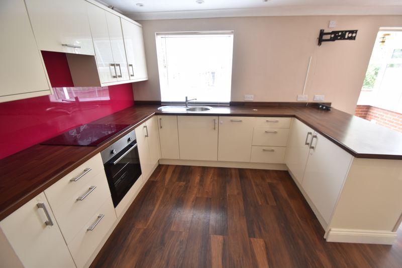 4 bedroom Detached  to rent in Sworder Close, Luton - Photo 9