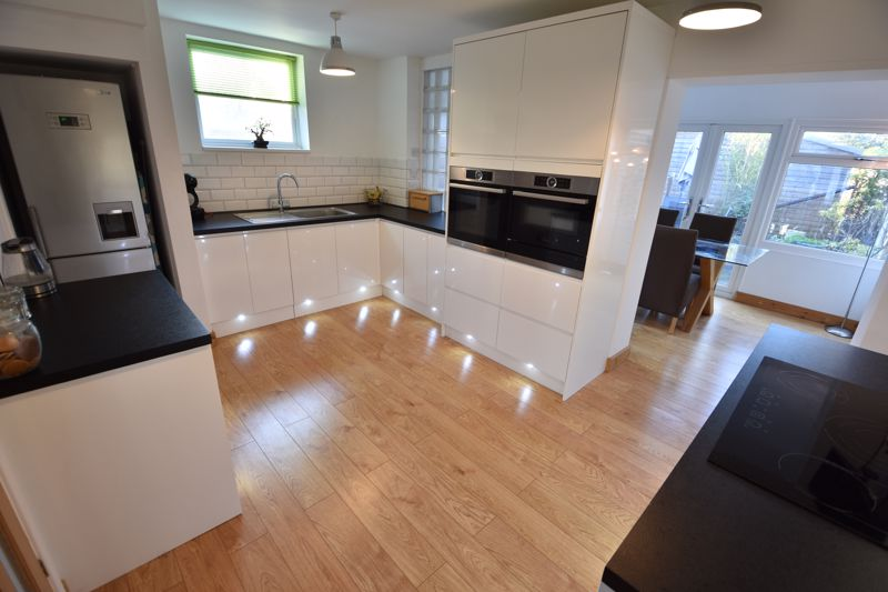 2 bedroom Semi-Detached  to buy in Rosewood Close, Luton - Photo 4