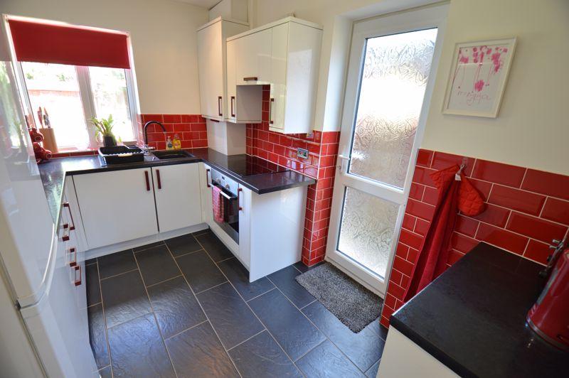 2 bedroom End Terrace to buy in Hallwicks Road, Luton - Photo 5