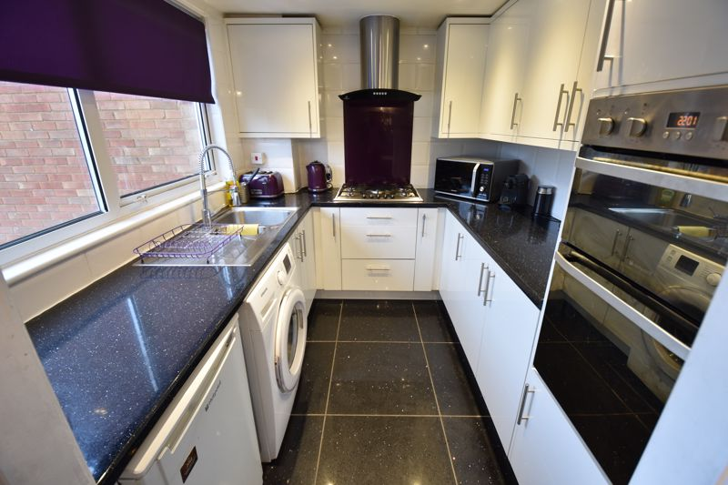 4 bedroom Mid Terrace to buy in Brendon Avenue, Luton - Photo 5