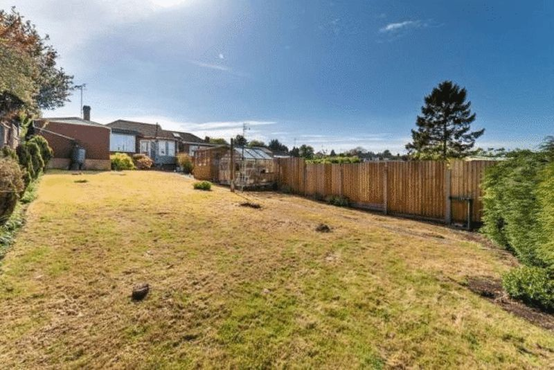 3 bedroom Bungalow to buy in Hillary Crescent, Luton - Photo 9