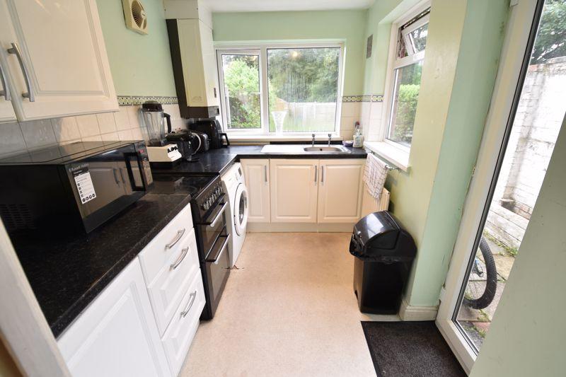 2 bedroom Mid Terrace to buy in Applecroft Road, Luton - Photo 5