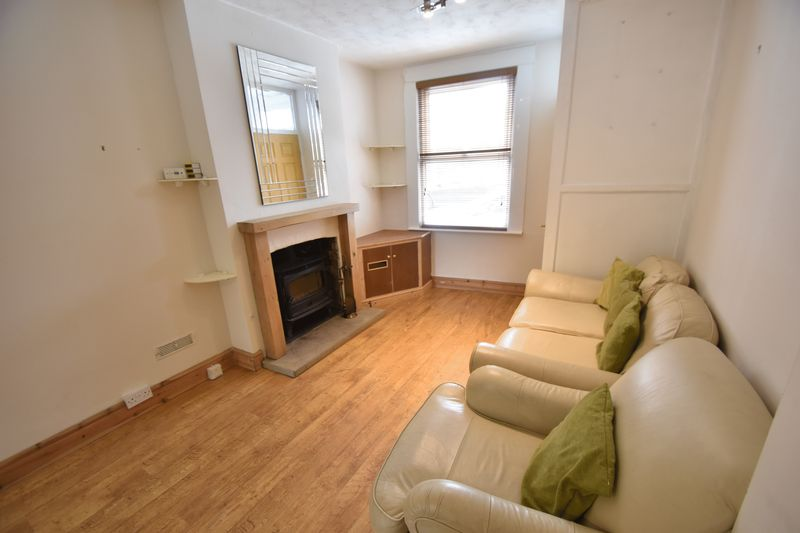 2 bedroom Mid Terrace to rent in Strathmore Avenue, Luton - Photo 6