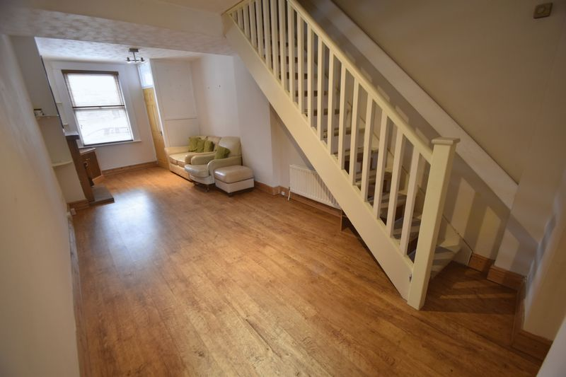 2 bedroom Mid Terrace to rent in Strathmore Avenue, Luton - Photo 7