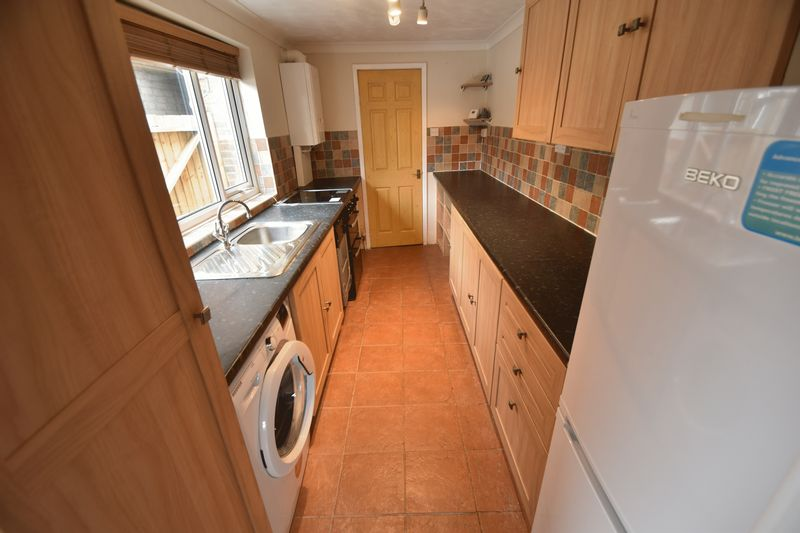 2 bedroom Mid Terrace to rent in Strathmore Avenue, Luton - Photo 11
