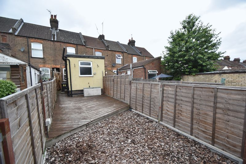 2 bedroom Mid Terrace to rent in Strathmore Avenue, Luton - Photo 13