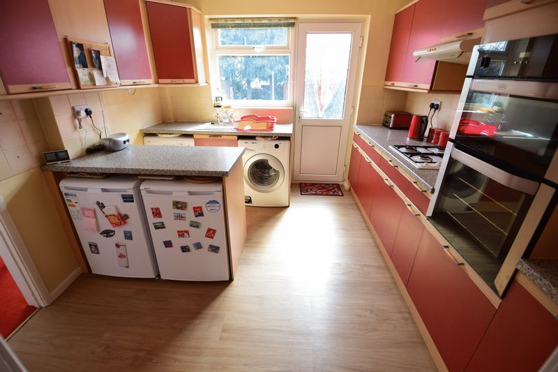 3 bedroom Mid Terrace to buy in Whipperley Way, Luton - Photo 5
