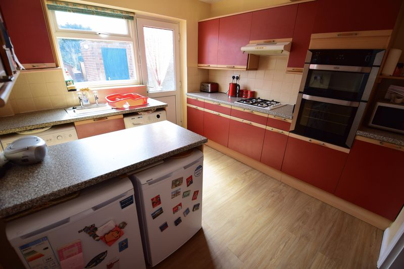 3 bedroom Mid Terrace to buy in Whipperley Way, Luton - Photo 6