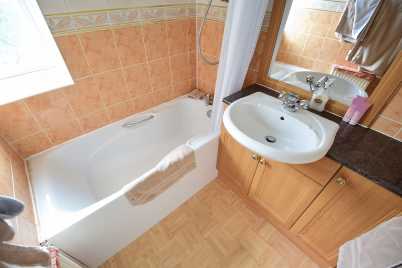 3 bedroom Mid Terrace to buy in Whipperley Way, Luton - Photo 11