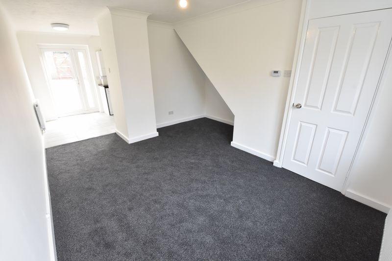 2 bedroom Mid Terrace to rent in Benington Close, Luton - Photo 2